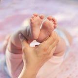 婴孩腿。 库存图片