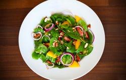 婴孩菠菜、芒果、火腿、葱和杏仁沙拉  库存照片
