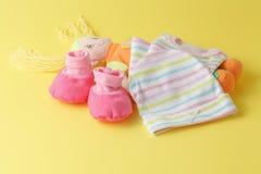 婴孩衣物和玩偶 免版税库存图片
