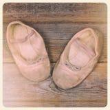 婴孩谷穿上鞋子立即照片 免版税图库摄影