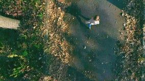 婴孩走室外 顶视图,寄生虫直升机 秋天 影视素材