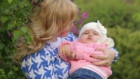 婴孩递母亲 股票视频
