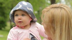婴孩递母亲s 股票视频