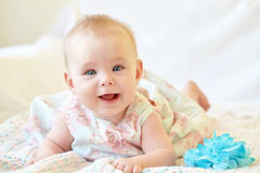 婴孩逗人喜爱女孩微笑 免版税库存照片