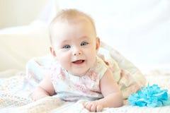 婴孩逗人喜爱女孩微笑 免版税库存图片