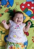 婴孩逗人喜爱女孩笑 免版税库存图片