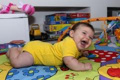 婴孩逗人喜爱女孩笑 图库摄影