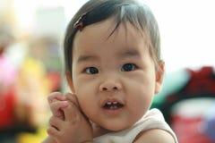 婴孩逗人喜爱的女孩一点 免版税库存图片
