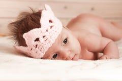 婴孩逗人喜爱的礼服女孩愉快的查出的公主非常佩带的白色 库存照片