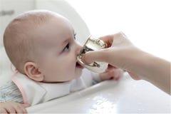 婴孩饮用水 库存图片