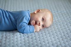 婴孩,逗人喜爱的婴孩,微笑的婴孩,婴儿 免版税库存图片