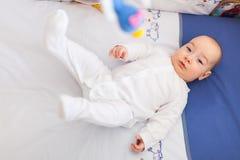 婴孩移动的腿 免版税图库摄影