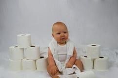 婴孩&卫生纸 图库摄影