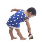 婴孩绘画在地板上的颜色刷子隔绝了白色背景 免版税库存图片