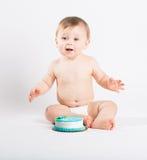 婴孩满意对在他前面的蛋糕 图库摄影
