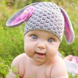 婴孩绿草复活节兔子或羊羔  免版税库存照片
