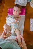婴孩说谎的使用与一块小毛巾 免版税库存图片