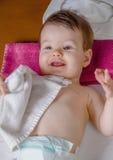 婴孩说谎的使用与一块小毛巾 库存图片