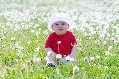 婴孩画象反对絮球的 免版税图库摄影
