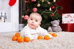 婴孩画象用蜜桔 库存照片
