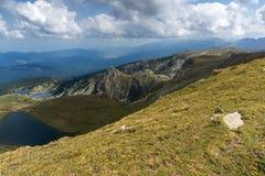 孪生和Eye湖,里拉山脉山,七个Rila湖,保加利亚的夏天视图 免版税库存照片