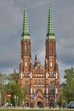 孪生在华沙Praga区耸立了圣迈克尔大教堂天使和圣徒弗洛里安受难者 库存照片