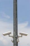 孪生在金属杆的安全监控相机 免版税图库摄影