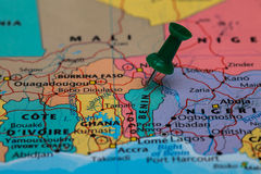 贝宁的地图有一个绿色图钉的黏附了 免版税库存图片