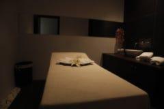 宁静的床在温泉的按摩屋子里 库存图片