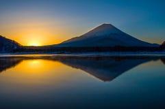 宁静;有反射的富士山 免版税库存照片