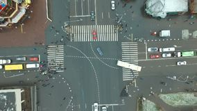 它下雪在交叉路的` s在城市 影视素材