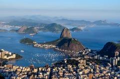 Sugarloaf, Botafogo海滩和Guanabara咆哮在日落 库存图片