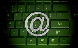 它和互联网的计算机标志在键盘 图库摄影