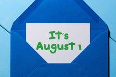它在消息的` s 8月文本在蓝色信封 免版税库存照片