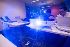 它学生在计算机科学教室 免版税库存照片