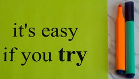它容易的` s,如果您尝试 刺激 激活 成功 创造性 在绿色背景的黑词 颜色标志 艺术 研究 图库摄影