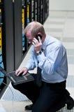 它技术人员用网络设备和膝上型计算机 免版税库存照片