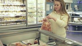 它放入塑料袋在超级市场股票英尺长度录影的冷冻大虾的女孩 股票视频