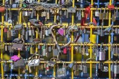 它是很多锁、另外颜色和大小 闭合的锁的墙壁在街道的在市中心利沃夫州,乌克兰 库存图片