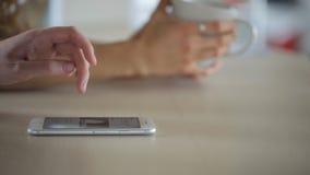 它是看在手机的妇女的特写镜头图象在咖啡休息的时候 股票视频