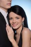 它是真正的爱。拥抱年轻的夫妇,当站立隔绝时 库存照片