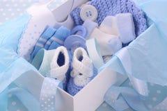 它男孩蓝色婴儿阵雨礼物盒 库存照片