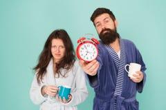 它的咖啡时间 有胡子的男人和困妇女享用早晨咖啡或茶 浴衣裳的人拿着茶咖啡 免版税库存图片