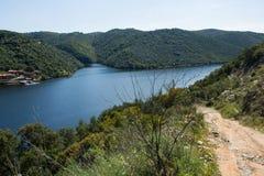 它的国际路线的塔霍河在西班牙和葡萄牙之间 免版税图库摄影