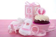 它的女孩婴儿送礼会杯形蛋糕 免版税图库摄影