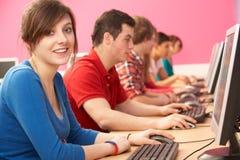 它的学员使用计算机的选件类 免版税图库摄影