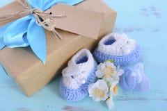 它的婴儿送礼会男孩自然套礼物 库存图片