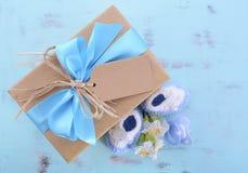 它的婴儿送礼会男孩自然套礼物 库存照片