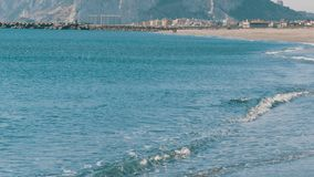 它美丽的波浪的地中海,打反对白色沙子和直布罗陀的岩石反对背景 股票录像