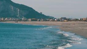 它美丽的波浪的地中海,打反对白色沙子和直布罗陀的岩石反对背景 股票视频